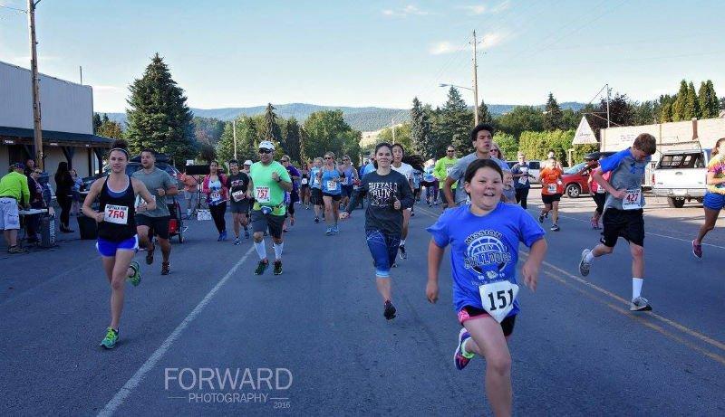People running in the 2016 Buffalo Run